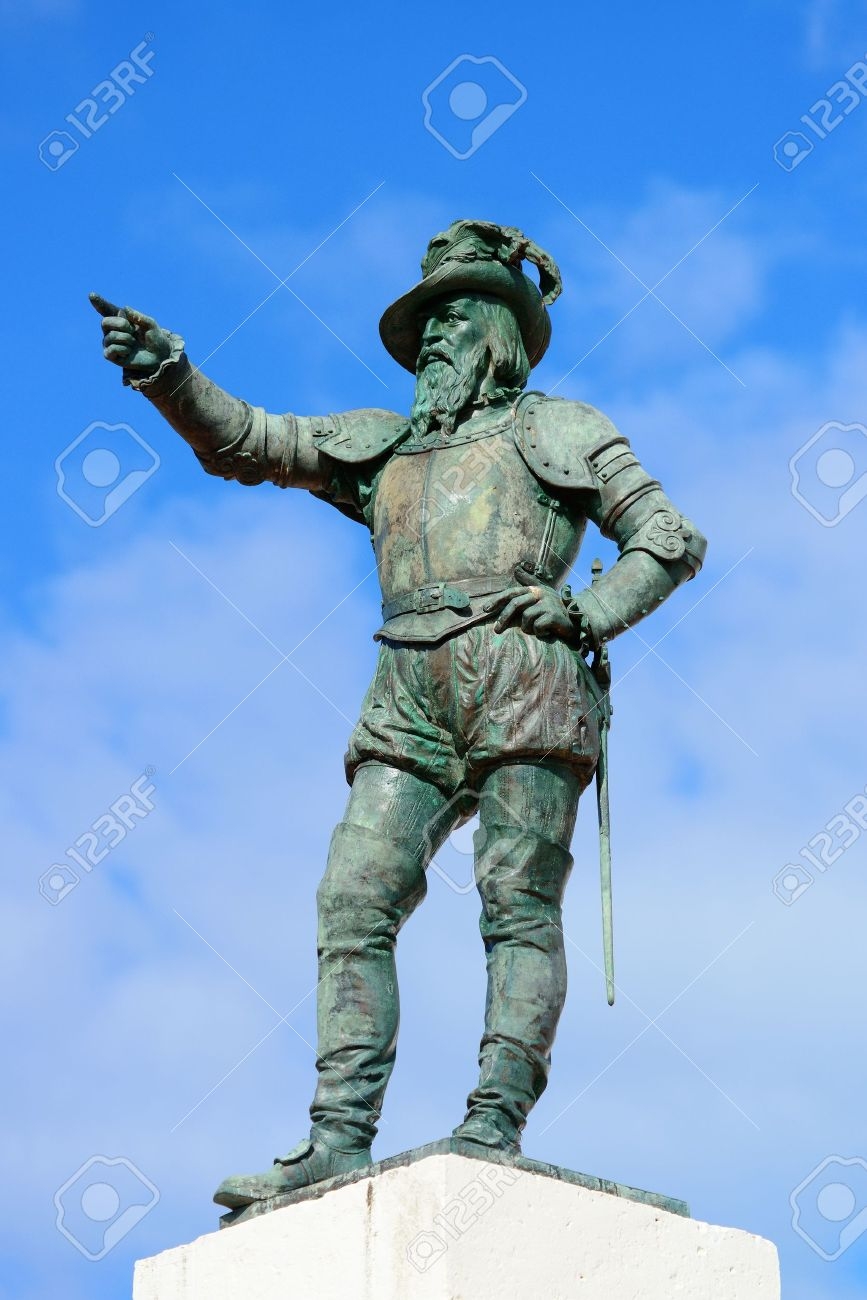 20600802-juan-ponce-de-leon-statue-in-old-san-juan-puerto-rico-stock-photo