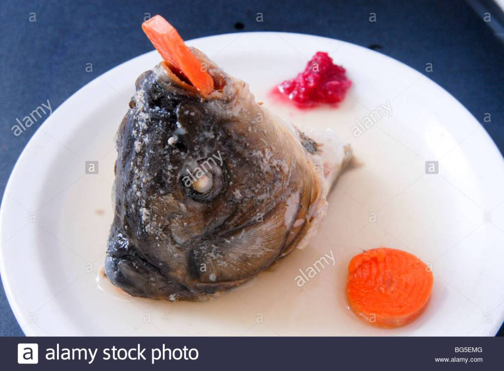head-of-carp-gefilte-fish-or-filled-fish-are-poached-fish-patties-bg5emg